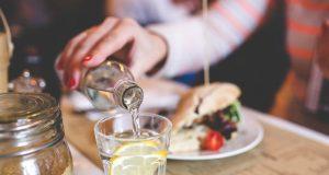piti vodu tokom jela