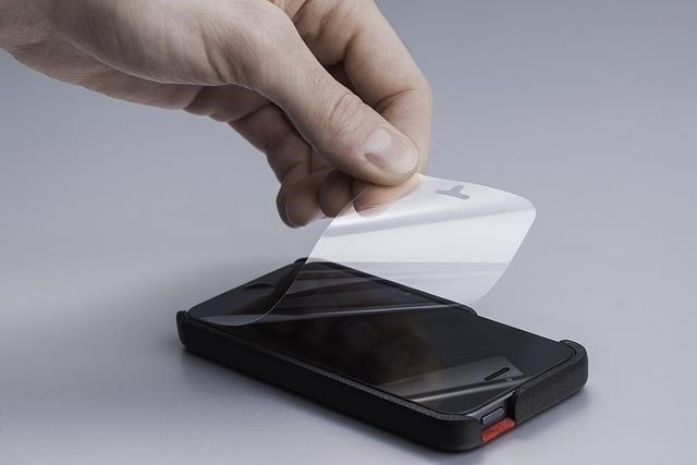 Kako zalijepiti foliju na ekran telefona