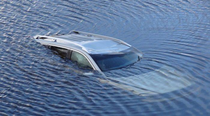 kako se spasiti iz auta koje tone 1